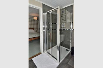 Generous sized shower cubicle with powerful twin-head mixer shower